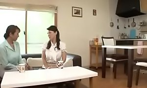Grossbusige asiatisch japanische Mutter und ihre Soehne
