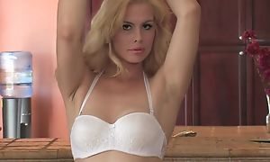 Sex-starved blondie with natural jugs bonks yourself concerning be transferred to caboose